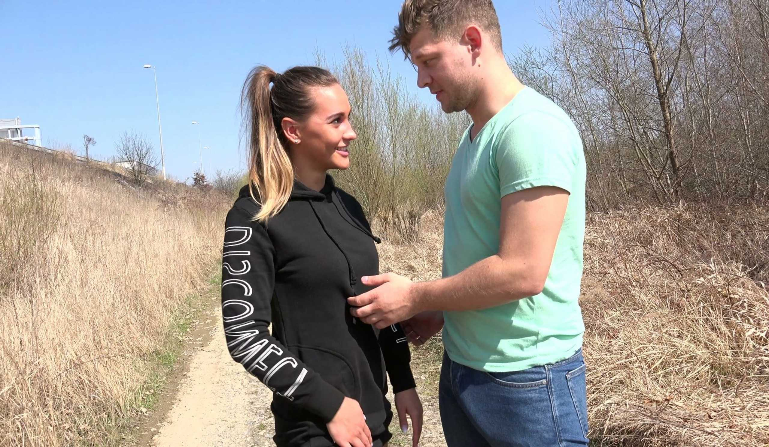 Czech babe Naomi Bennet loves outdoor sex